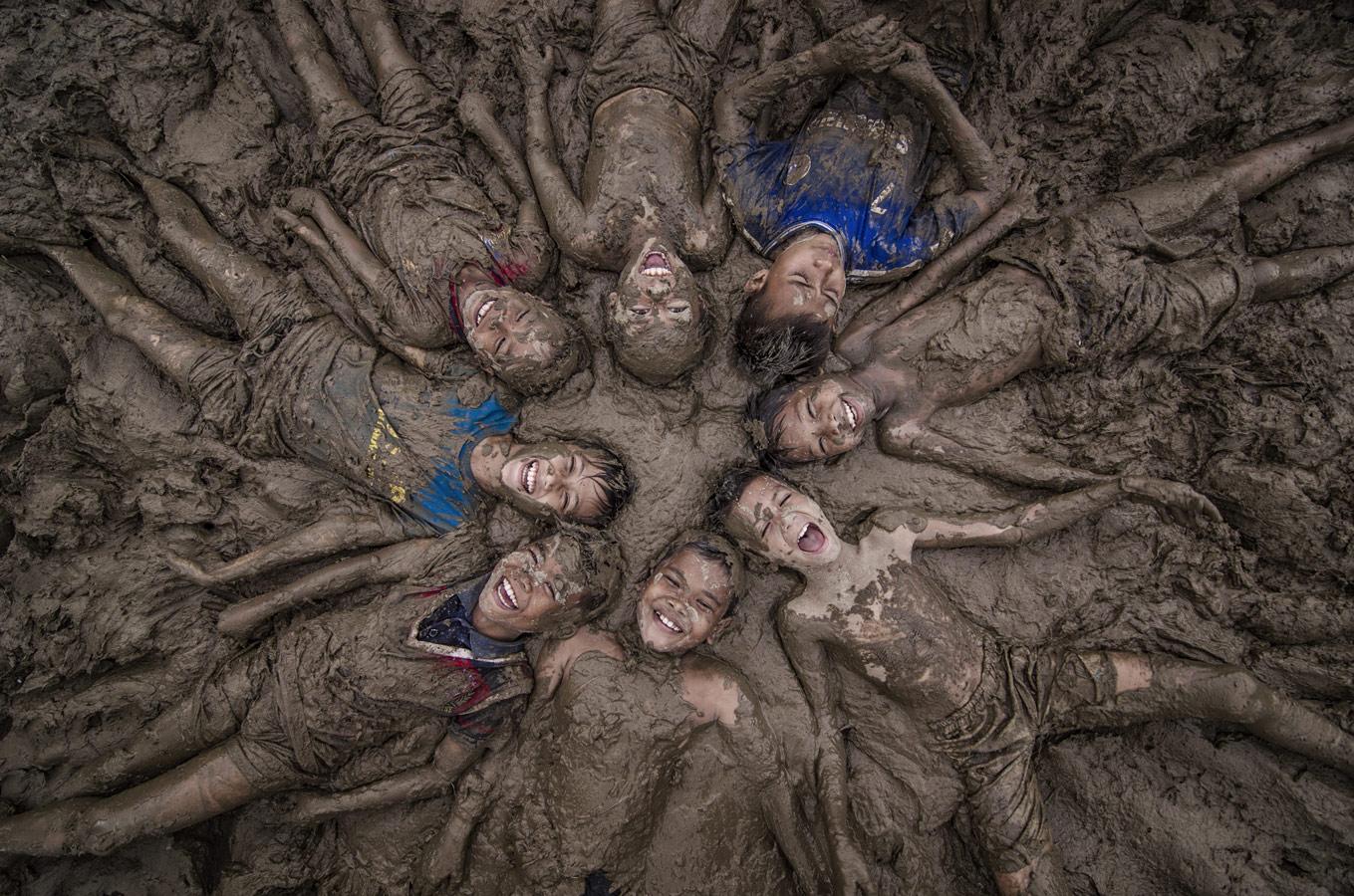 Счастливые дети, © Даниэль Сапутра / Daniel Saputra, Индонезия, 2 место в номинации «Детская фотография», Фотоконкурс 35AWARDS — 100 Best Photos