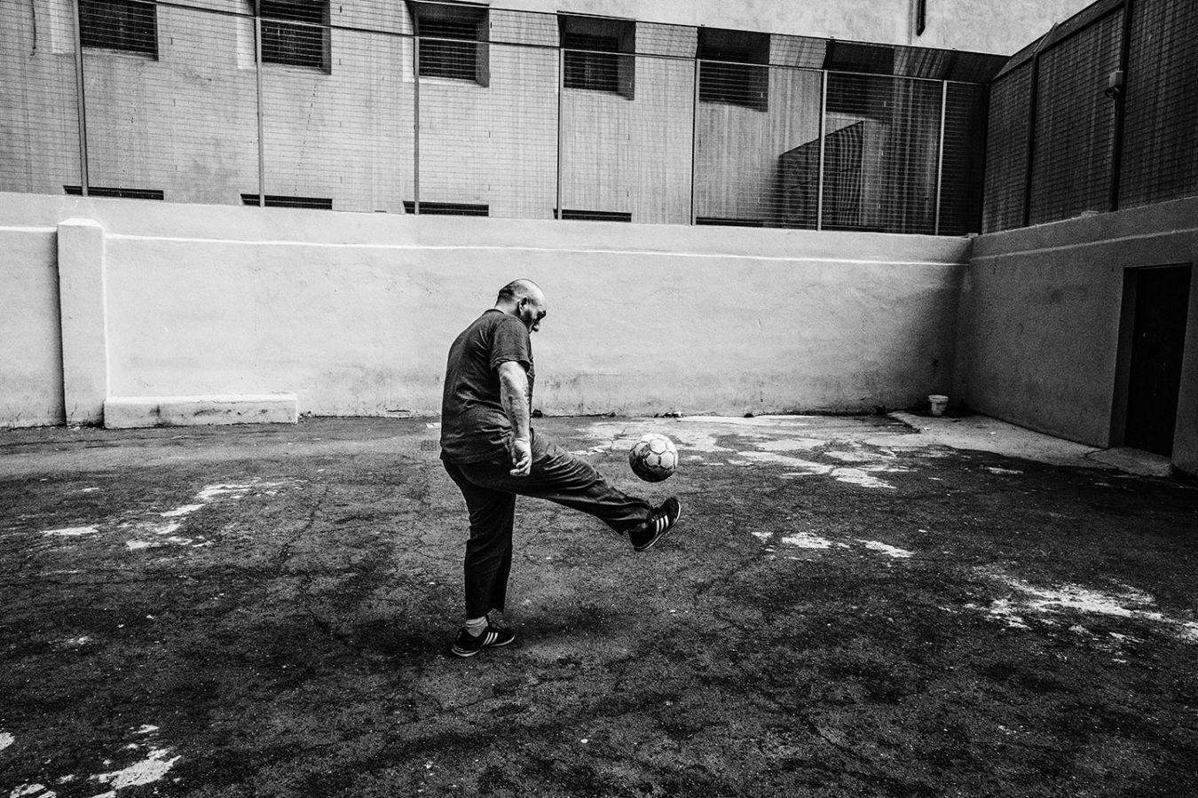 Просто мяч в римской тюрьме Регина Коэли, 11 июля 2019 года.
