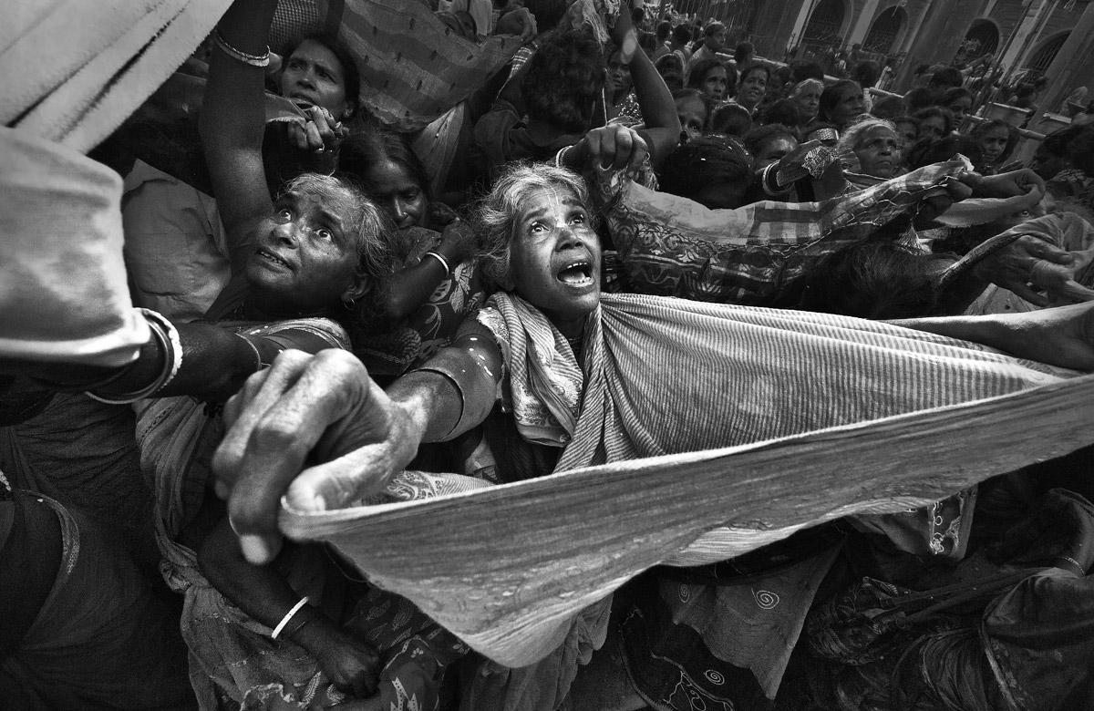 Чтобы поймать благословение, © Абурба-Маллик / Apurba Mallick, Индия, 1 место в категории «Чёрно-белое», Фотоконкурс HIPA