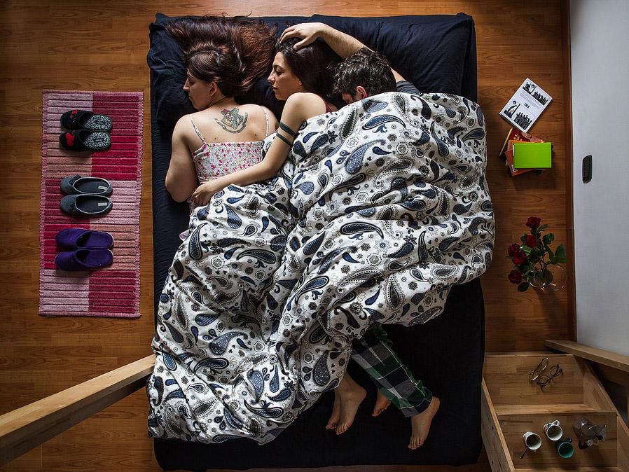 Полиамурность. Федерика, Киара и Пир в своей постели в Турине, © Диана БАГНОЛИ / Diana BAGNOLI, Италия, Фотоконкурс KLPA – Kuala Lumpur Photo Awards