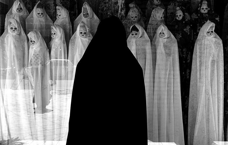 Белая вуаль, © Фарзад Арианнеад / Farzad Ariannejad, Иран, Исламская Республика, Фотограф года в категории «Концепт», Фотоконкурс Monochrome Photography Awards