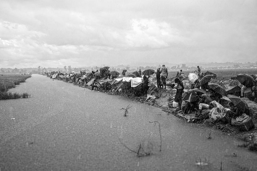 Под ливнем — Исход Рохиндж, © Эрберто Зани / Erberto Zani, Швейцария, Фотограф года в категории «Фотожурналистика», Фотоконкурс Monochrome Photography Awards