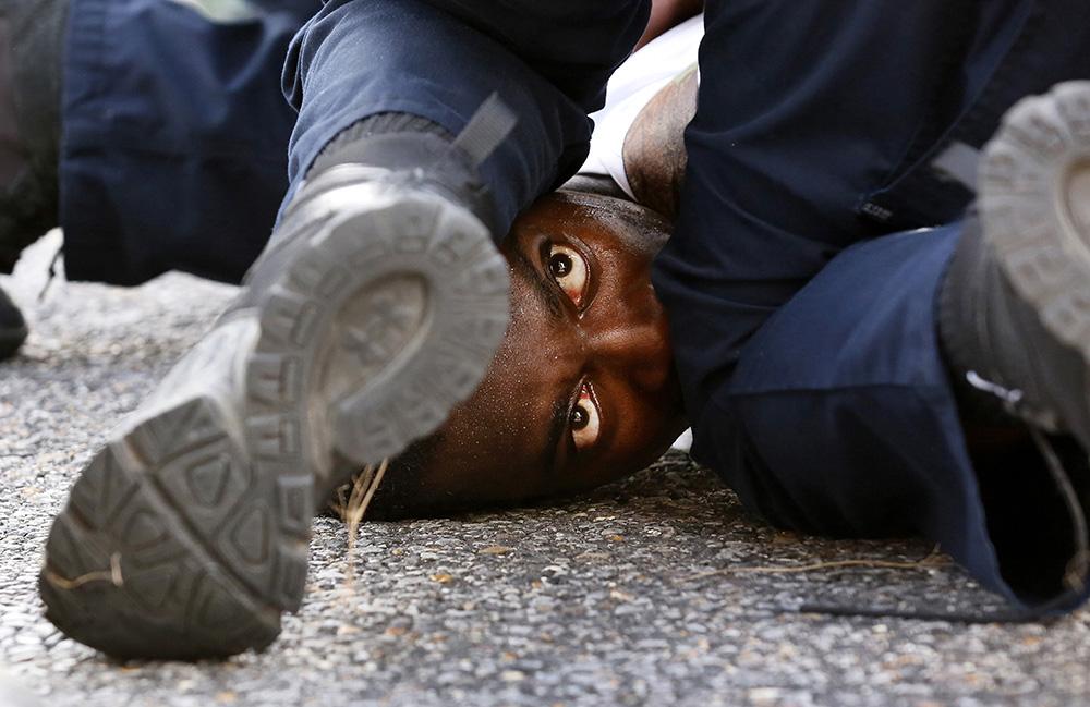Глаза протестующего, © Джонатан Бахман / Jonathan Bachman, 1-е место в категории «Новости» (профессионал), Фотограф года, Фотоконкурс Prix de la Photographie