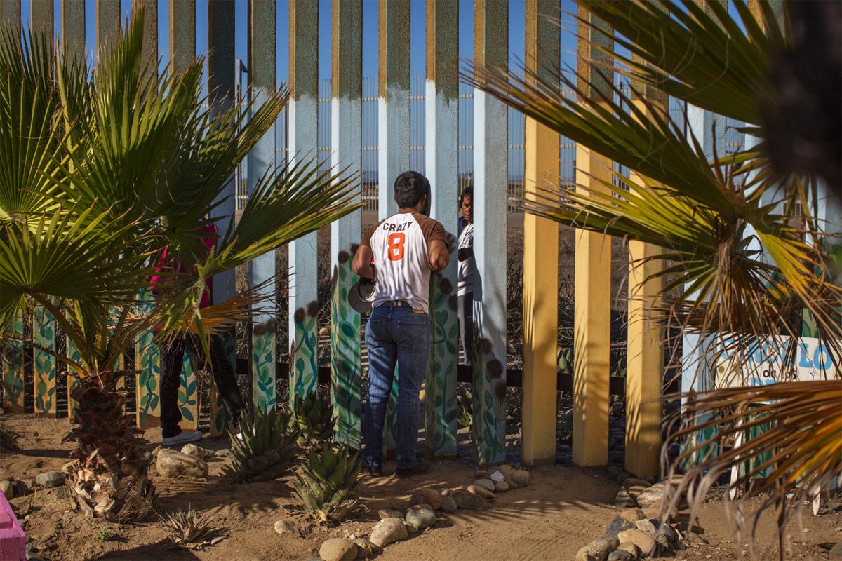 Пограничная стена США и Мексики — Через стену, © Гриссельда Сан-Мартин (США), Фотоконкурс Renaissance Photography Prize