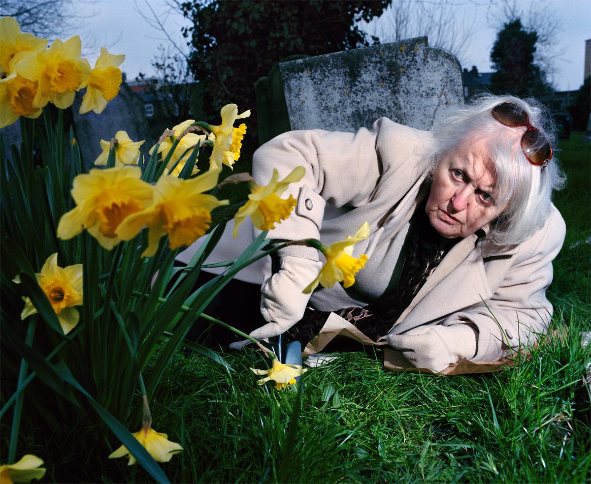 Старая женщина с нарциссами, © Петр Карпински / Piotr Karpinski (Великобритания), Фотоконкурс Renaissance Photography Prize