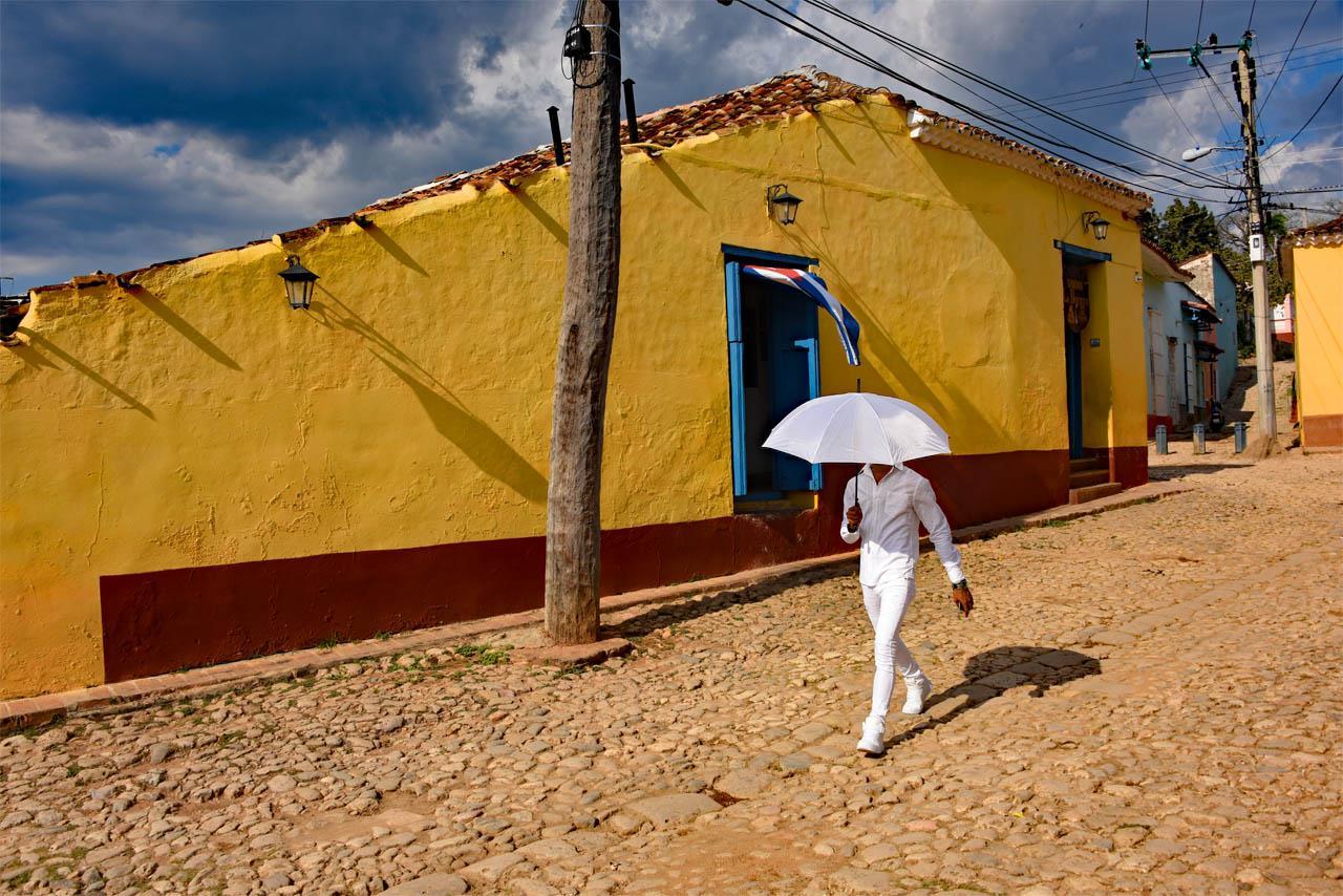 Денди перед желтым домом, Тринидад, Куба, Жан-Мишель Ренду / Jean-Michel Rendu, Санта-Фе, Нью-Мексико, Фотоконкурс Santa Fe Photographic