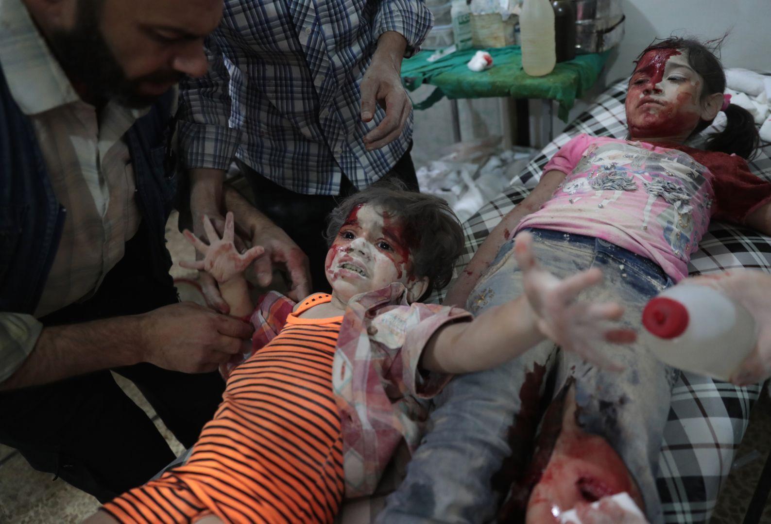 Медики помогают раненым девочкам, © Абд Доумани, Сирия, Фотоконкурс World Press Photo