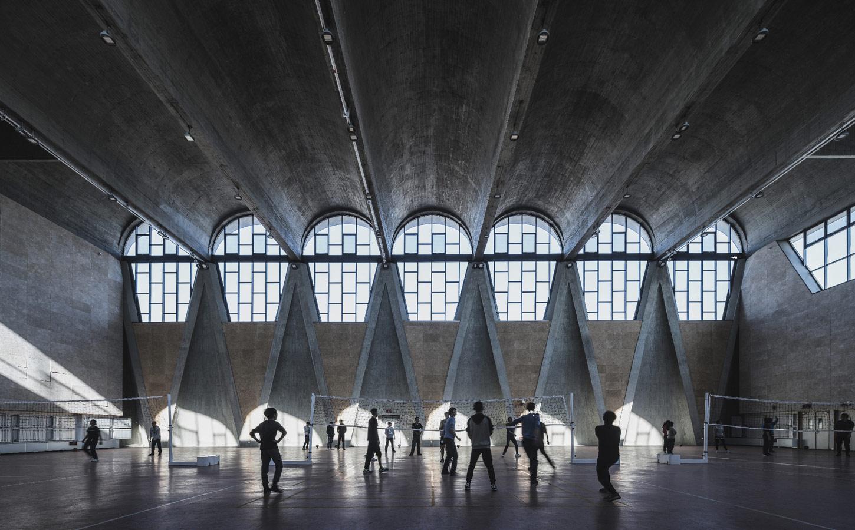 © Терренс Чжан (Terrence Zhang), Спортзал нового кампуса Тяньцзиньского университета (Китай). Архитекторы: Atelier Li Xinggang, Конкурс «Архитектурная фотография»