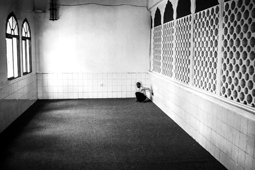 Девушка в углу, © Марсель Колачек, Чешская Республика, 3-е место, Конкурс детской фотографии в чёрно-белом