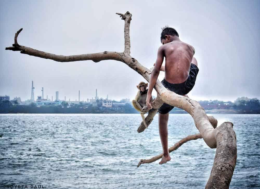 Он и его друг в городе радости. Калькутта, Индия, © Соета Пол, Юный финалист, 16-18 лет, Фотоконкурс «Городской фотограф года» — CBRE Urban Photographer of the Year