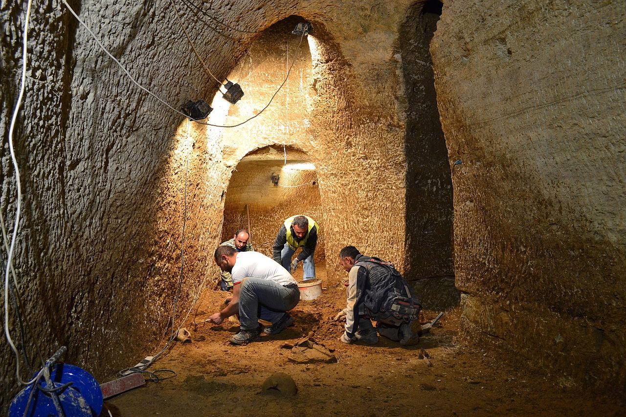 Раскопки внутри древней пещеры, © Гиоргос Пеппас, Панагиотис Кутис, Конкурс научных фотографий «Снимай науку»