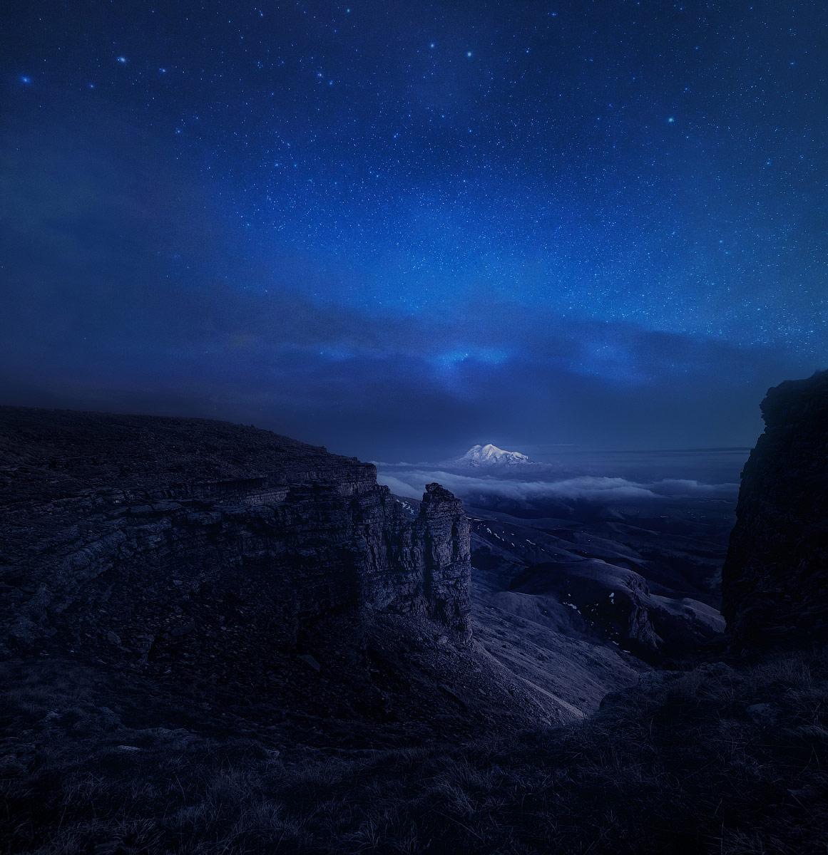 Спящий под светом луны седой Эльбрус, © Сергей Сутковой, 1-е место в номинации «От заката до рассвета», Фотоконкурс «Дикая природа России» от National Geographic