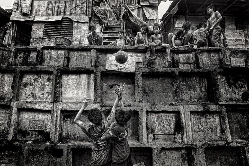 Мой дом, моя детская площадка, © Марио Бежаган Карденас, 1 место, Золотая медаль, Фотоконкурс FIBA — Международной федерации баскетбола