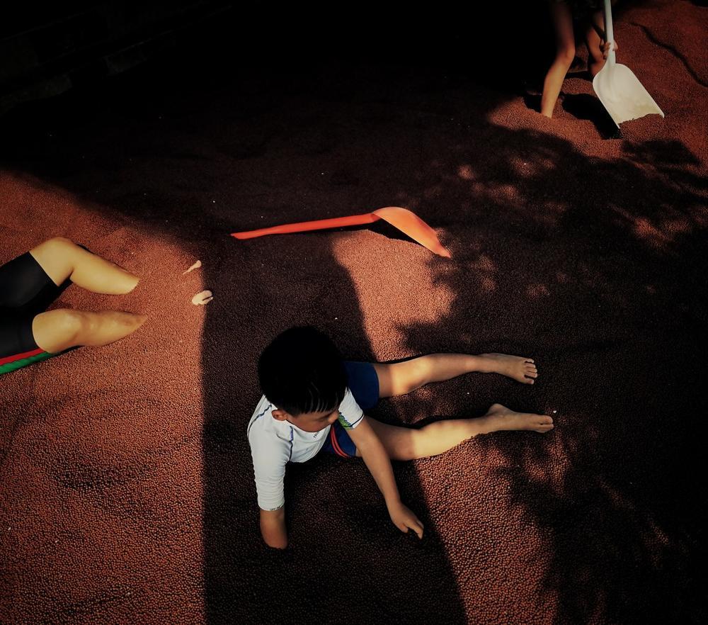 Ребенок, играющий на песке, © Цуй Ли, Конкурс мобильной фотографии Huawei