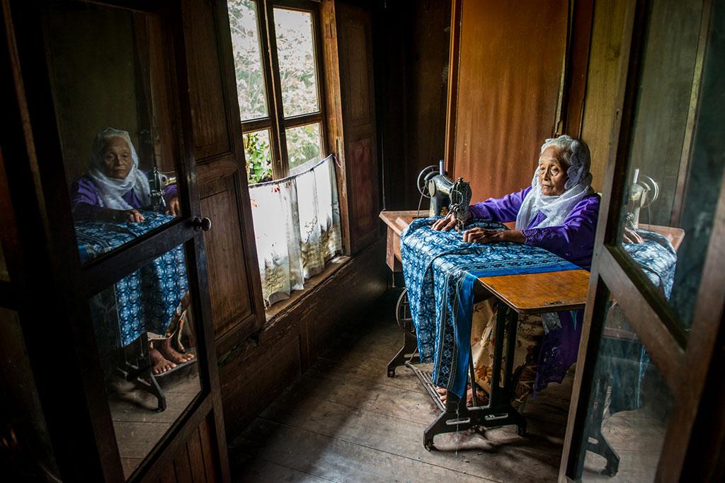 Пожилая женщина за швейной машинкой, © Тео Лиак Сонг, Вторая премия, Фотоконкурс Ikei