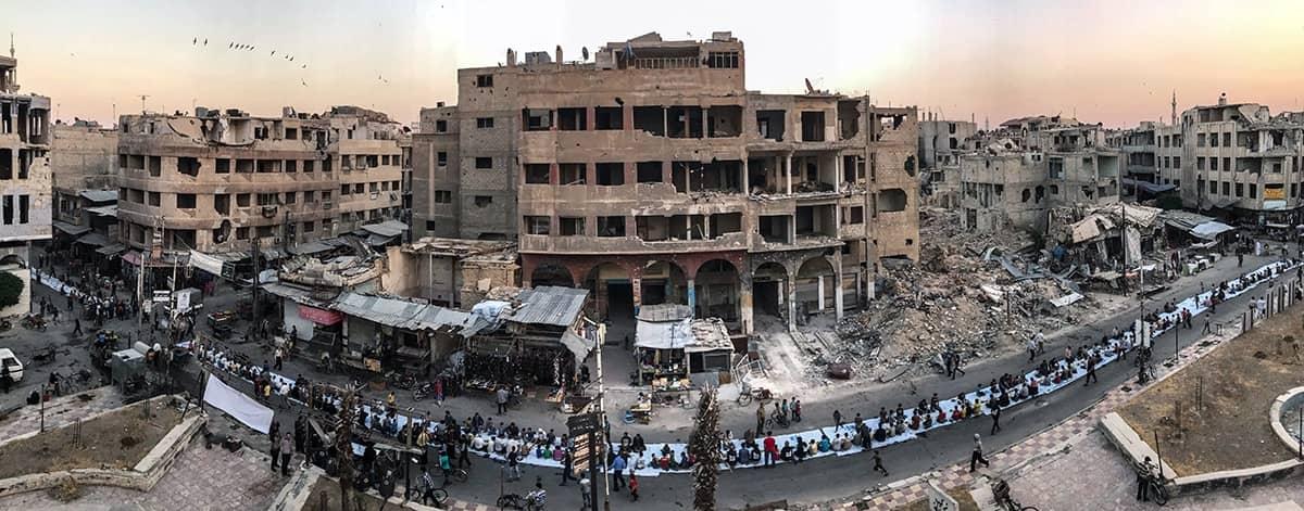 Ифтар среди руин, © Мохаммед Бадра, Сирия, Победитель категории «Новости и события», Конкурс мобильной фотографии iPhone