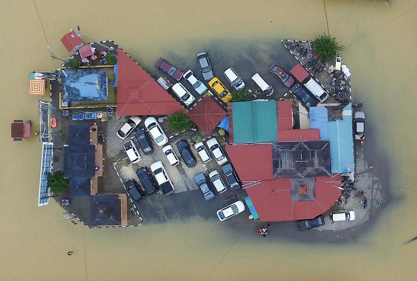 Спасение от наводнения / Малайзия, © Мухамед Фатхил Асри / New Straits Times Press, Малайзия, 1-я премия в категории «Природа и окружающая среда» (одиночный кадр), Фотоконкурс «Стамбул – 2019» — Istanbul
