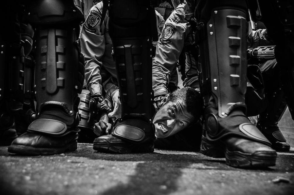 Арест Луиса Теиса, © Энтони Ашер Апарисио, Венесуэла, 3-е место : Одиночное фото, Фотоконкурс «Экспозиция» от LensCulture