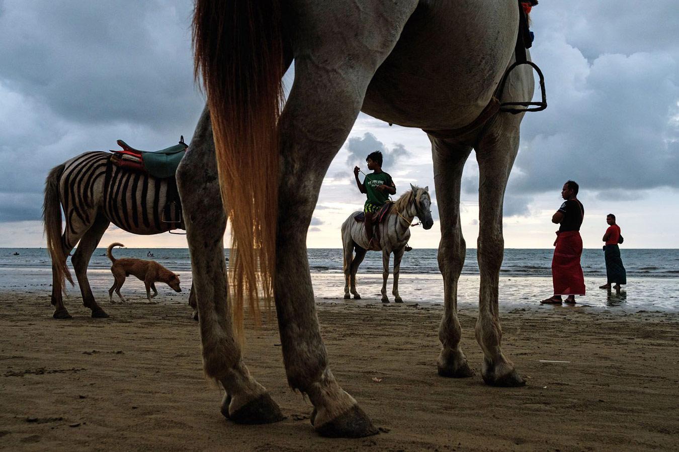 Пляжная сцена, Чаунг Тха, Мьянма, © Масиж Дакович, Польша, 1 место, Фотоконкурс уличной фотографии LensCulture