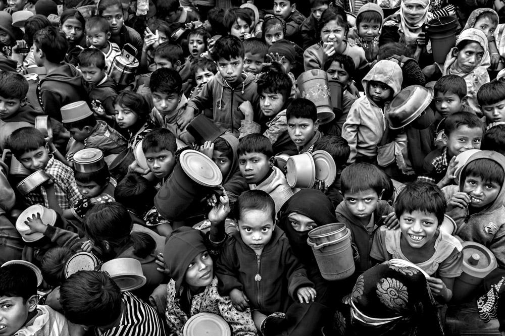 Беженцы Рохинджа в ожидании еды, © Ларри Луи (Канада), Фотожурналист года – 2018 (профессионал), Фотоконкурс Monochrome Awards