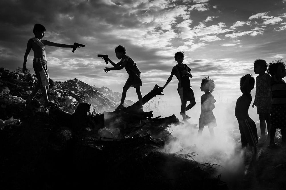 Игрушечный пистолет, © Рене Бернал (Филиппины), Монохромное открытие года 2018 (любитель), Фотоконкурс Monochrome Awards