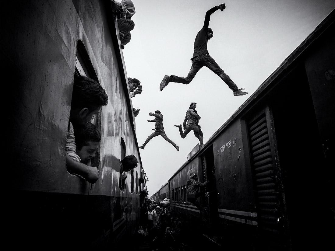 Прыгуны поездов, © Марсель Ребро, 1-е место в категории «Путешествия», одиночное фото, Конкурс чёрно-белой фотографии MonoVisions