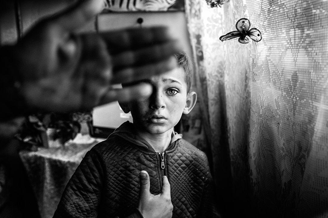 Цыганский мальчик, © Пьетро Ди Джамбаттиста, 1-е место в категории «Фотожурналистика», Фотограф Чёрно-белой фотографии года – 2018, Конкурс чёрно-белой фотографии MonoVisions