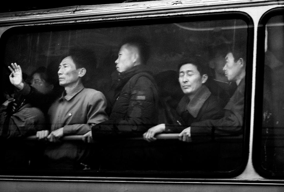 Простые пассажиры, © Бенджамин Декуин, 1-е место в категории «Путешествия», серия, Конкурс чёрно-белой фотографии MonoVisions