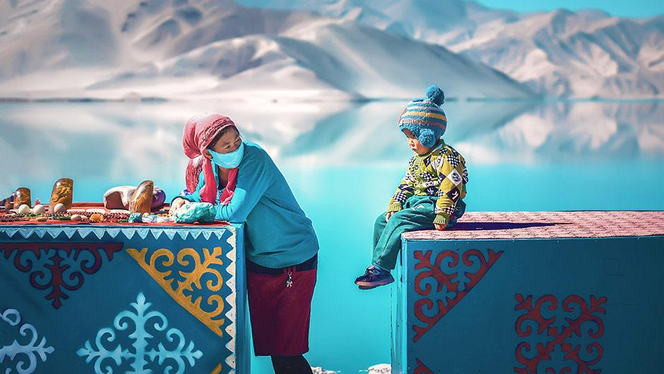 Кыргызская мама и малыш продают камни, © Цзи Янхуо, 3-я премия, Фотоконкурс Nikon