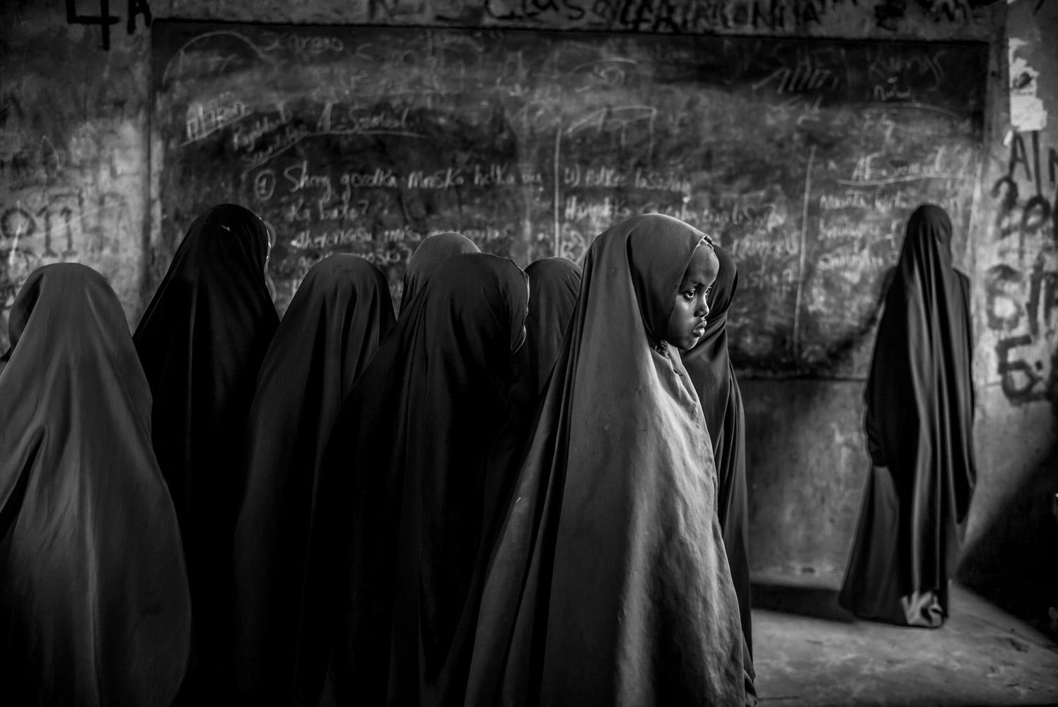 Утрата внимание: мышление в будущее, лагерь беженцев Дадааб в Кении, © Эдуардо Лопес Морено, Найроби, Кения, Первое место в категории «Любитель: Персональная работа», Конкурс портретной фотографии «Лица»