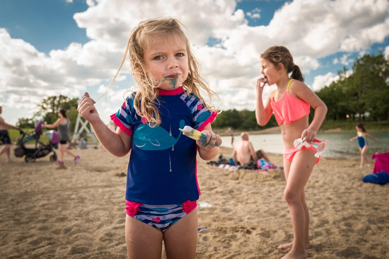 Мороженое на пляже, © Тодд Винтерс, Чикаго, США, Профессионал: Младенцы / Дети, Конкурс портретной фотографии «Лица»