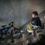Непальский Nintendo, © Саймон Шарп, Кростон, Ланкашир, Великобритания, Профессионал: Младенцы / Дети, Конкурс портретной фотографии «Лица»
