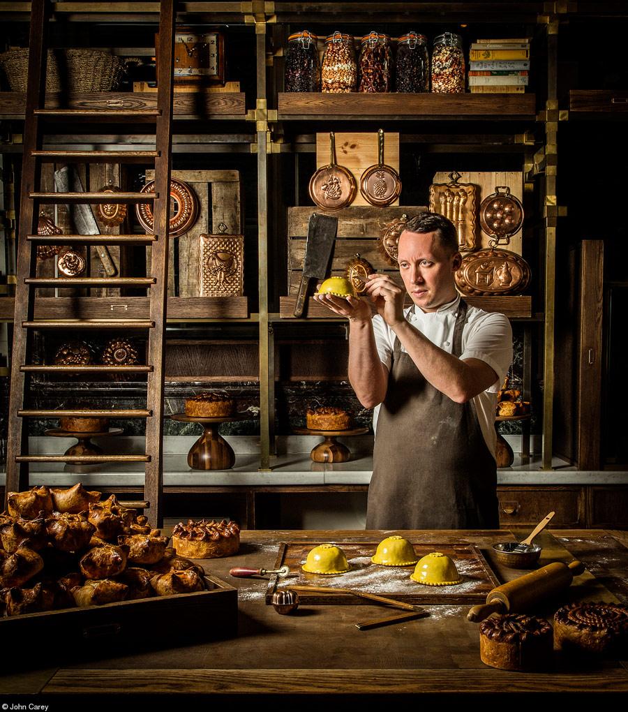 Калум в своей кондитерской комнате, © Джон Кэри, Великобритания, 1-е место, категория «Премия Филиппа Харбена за еду в действии», Фотоконкурс Pink Lady Food