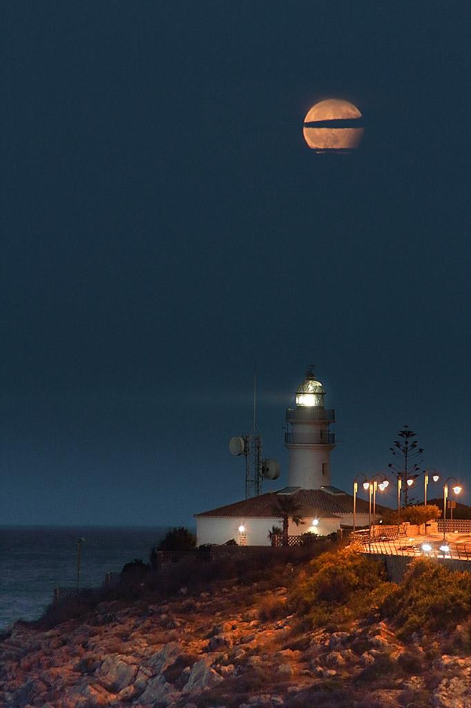 Лунное затмение заканчивается над Средиземным морем, Испания, © Хосе Хоакин Чамбро Брис, Финалист категории «В городе», Фотоконкурс «Ночной пейзаж» — Photo Nightscape Awards