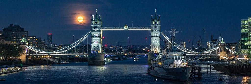 Рост розовой Луны, Великобритания, © Джонатан Бонд, Финалист категории «В городе», Фотоконкурс «Ночной пейзаж» — Photo Nightscape Awards