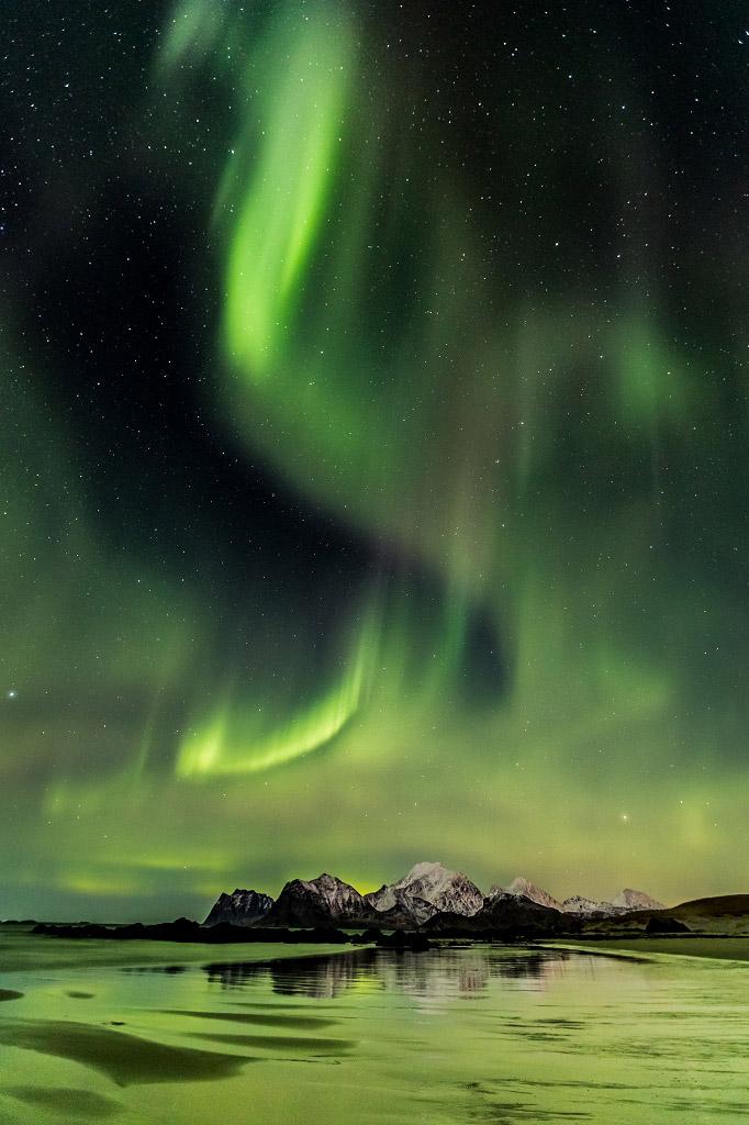 Северное сияние на пляже Лофотен, Норвегия, © Ангелика Мишель, Финалист категории «Ночной пейзаж», Фотоконкурс «Ночной пейзаж» — Photo Nightscape Awards