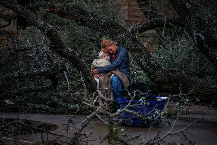 Мать обнимает сына после урагана Харви, © Адрис Латиф / Рейтер, Первое место в категории «Воздействие 2017 - Стихийные бедствия», Фотоконкурс Pictures of the Year International — POY