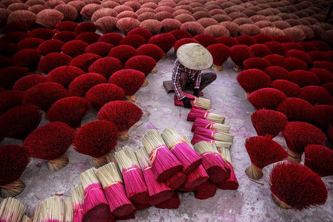 Создание благовоний, © Тран Туан Вьет / Tran Tuan Viet, Победитель категории «Путешествие», Фотоконкурс Smithsonian