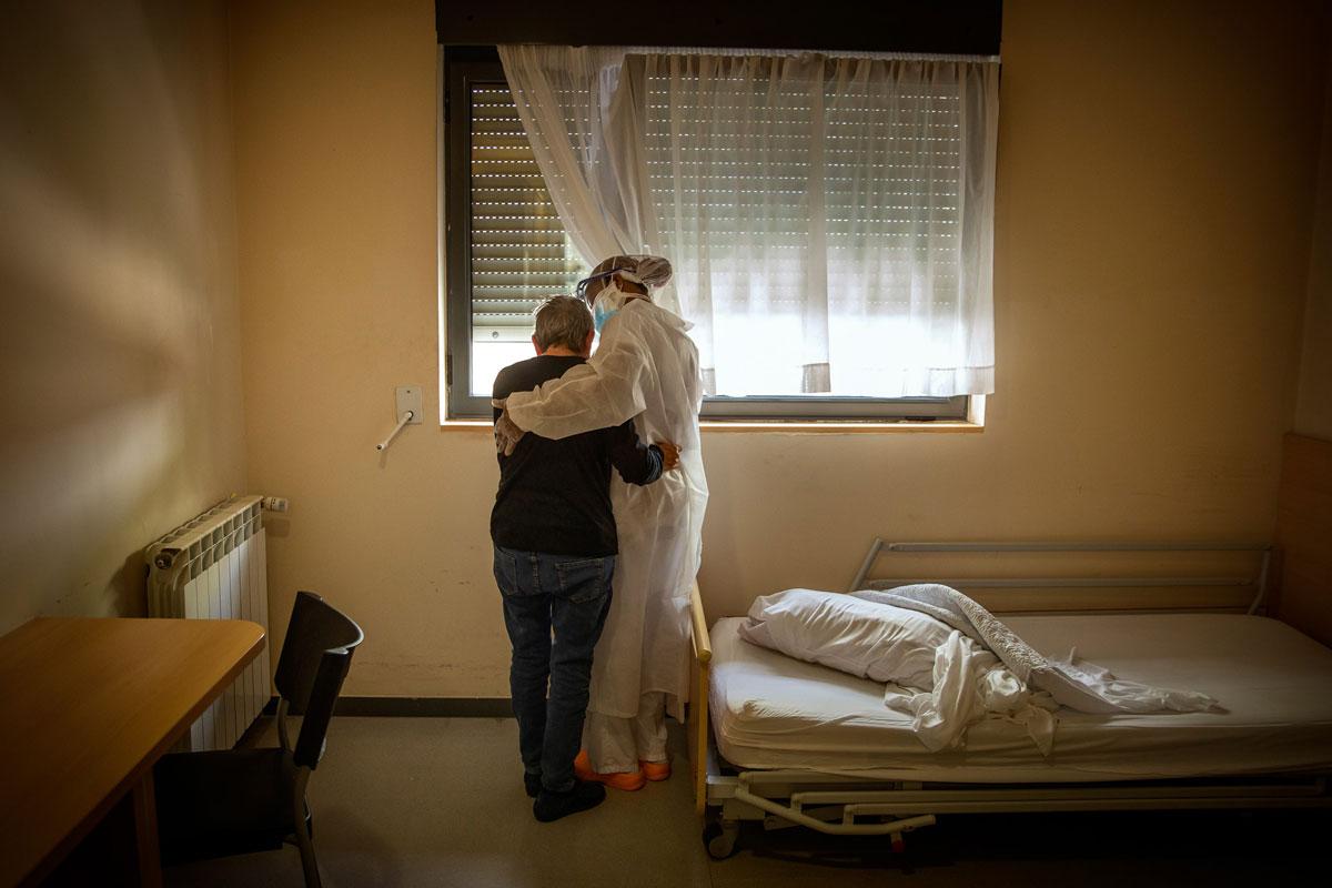 Победитель: Санти Паласиос, Пожилые люди в одиночестве