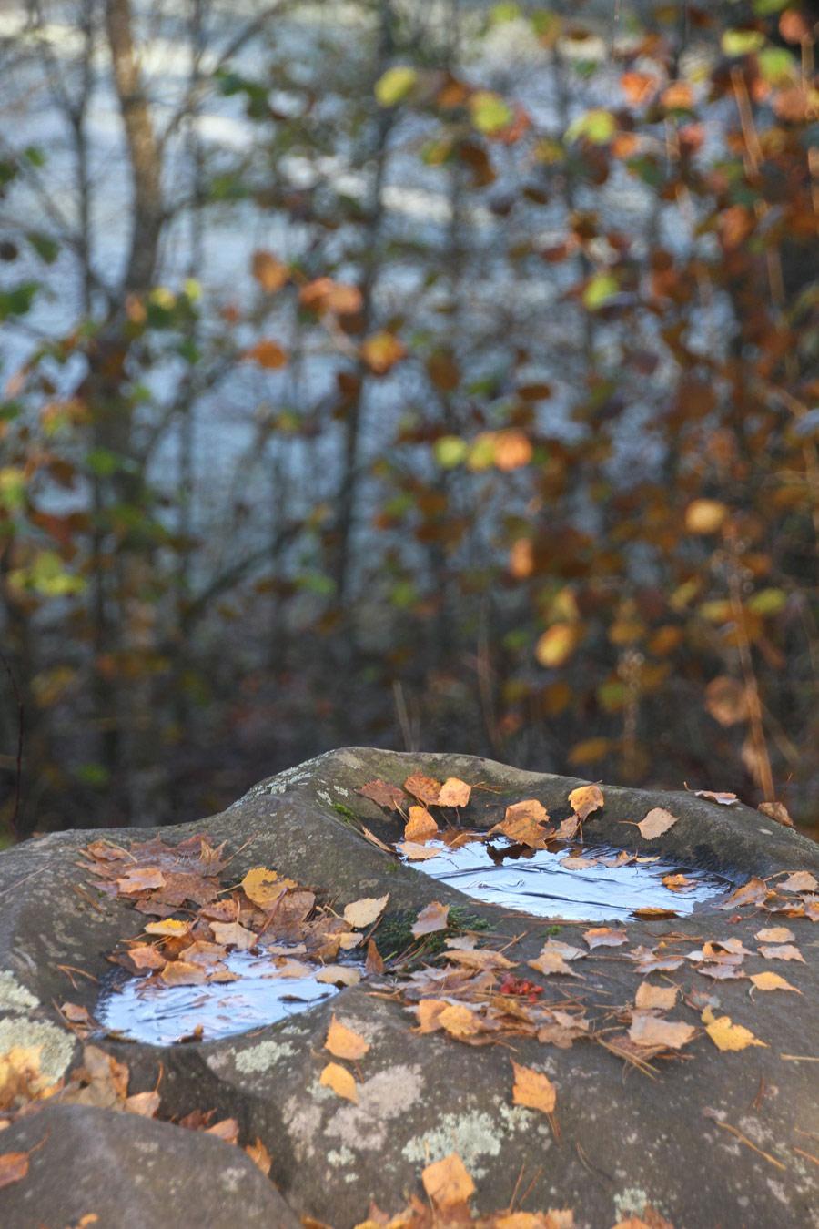 Грустные углубления, © Кая Хасс, Поселок Хельме, приход Хельме, Мульгимаа, Эстония, Камень раба, Фотоконкурс «Священные рощи»