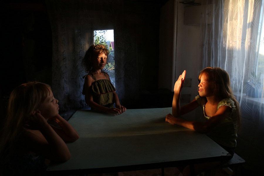 Сестры, © Юлия Кононенко, Первое место в номинации «Человек», Фотоконкурс «Точка на карте» на фестивале «Фотопарад в Угличе»