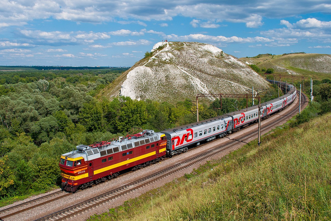 Поезд на фоне горы Шатрище, Воронежская область, © Алексей Задонский, Фотоконкурс «Вики любит Землю»