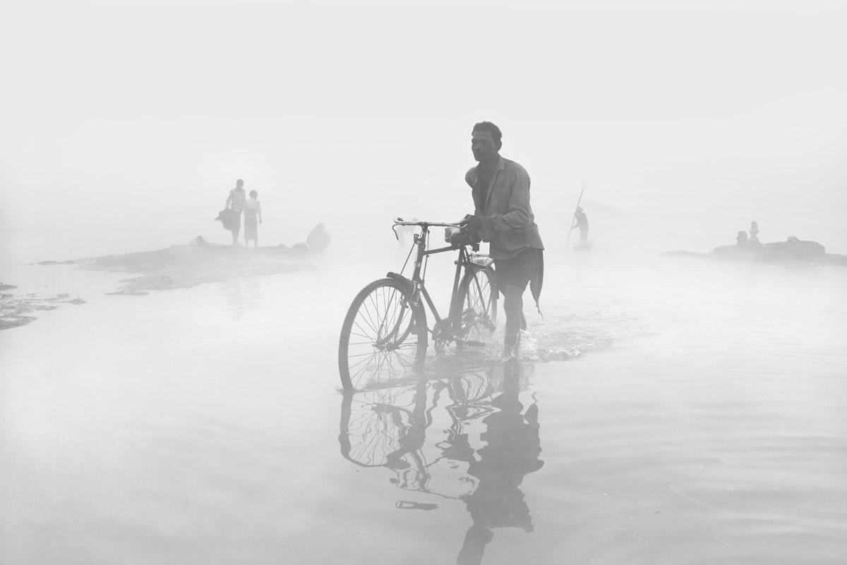 Путешествие сквозь туман, © Раджеш Дхар, Фотоконкурс «Погодный фотограф года» — Weather Photographer of the Year