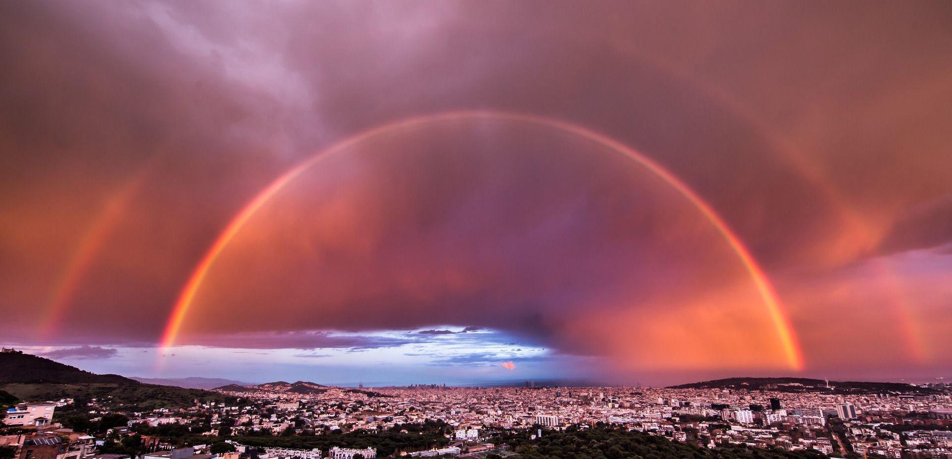 Двойная радуга над Барселоной на закате, © Карлос Кастильехо, Фотоконкурс «Погодный фотограф года» — Weather Photographer of the Year