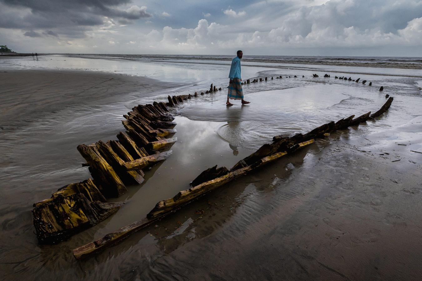 Воспоминающий о традиционной деревянной лодке, © Фердиус Шаббир, Бангладеш, 1-е место, Фотоконкурс «Изменения в культуре дерева» — Change in Wood Culture