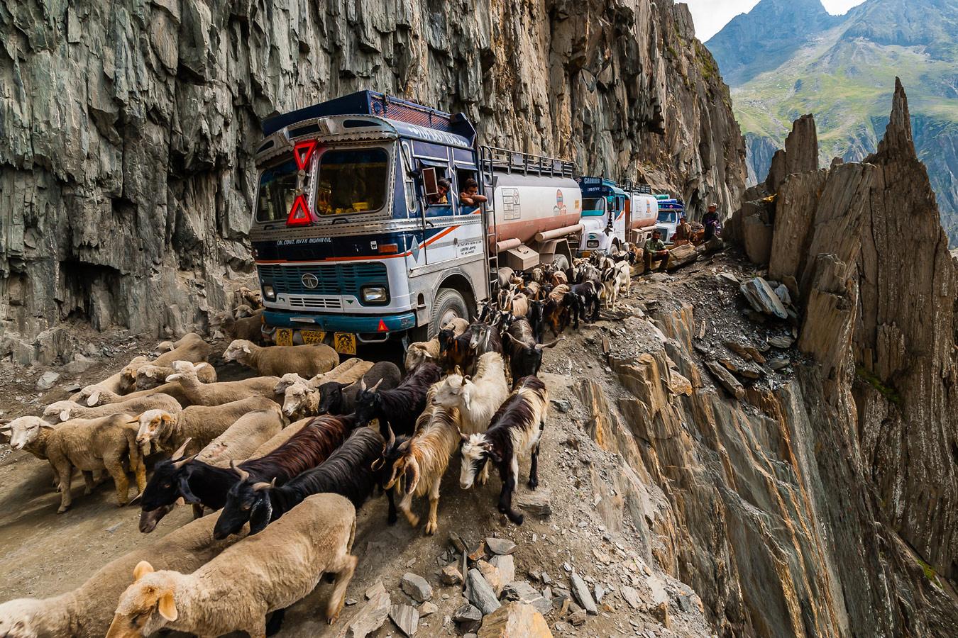 Зоджи-Ла, Кашмир: один из самых опасных дорог в мире, © Блейн Харрингтон Лии, Литтлтон, США, Первое место в категории «Спонтанные моменты», профессионал, Гран-при конкурса, Фотоконкурс экстремальных путешествий «Мир в фокусе» — World In Focus