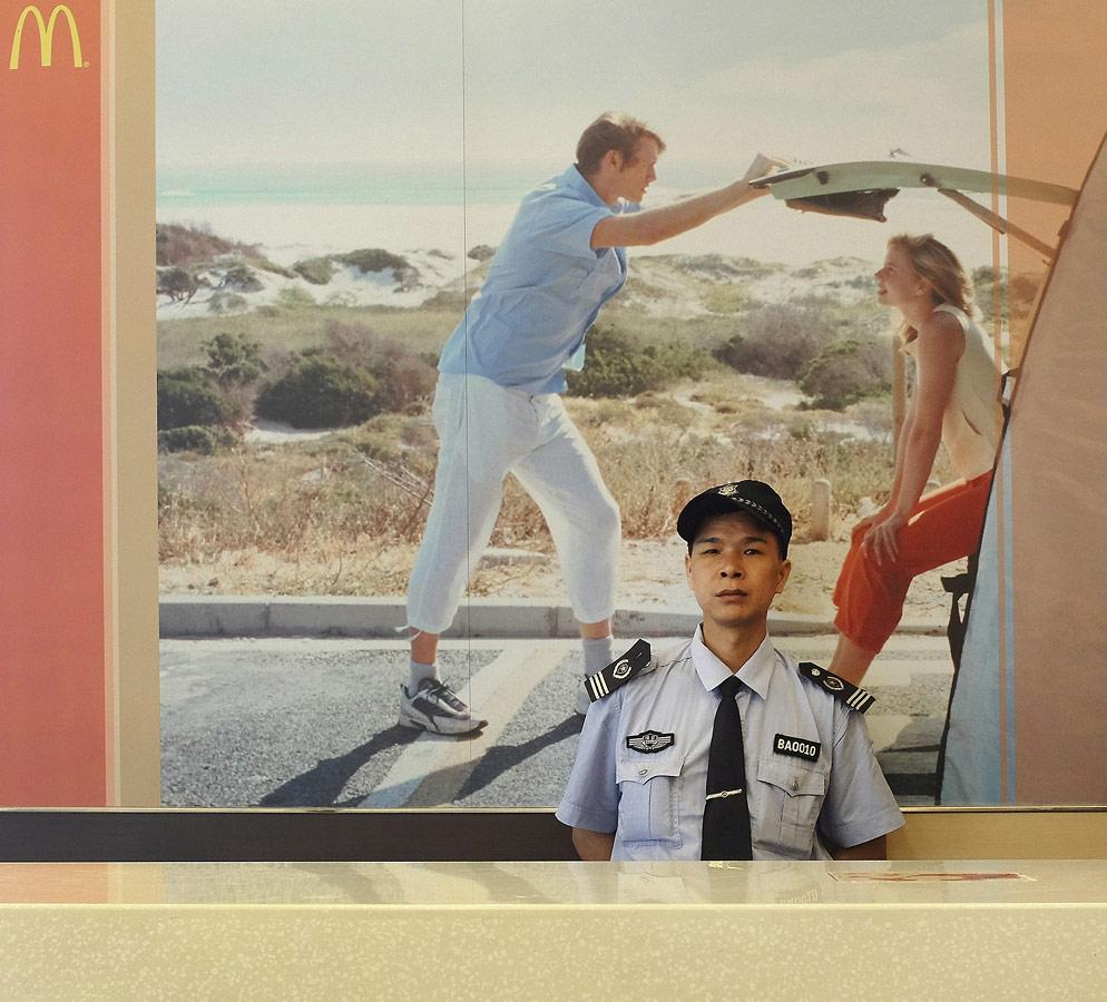 Полиция на фабрике города Чжуншань Макдональдс, © Тимоти У. Браун, Франклин, США, 1-е место в категории «Портреты в путешествии», профессионал, Фотоконкурс экстремальных путешествий «Мир в фокусе» — World In Focus