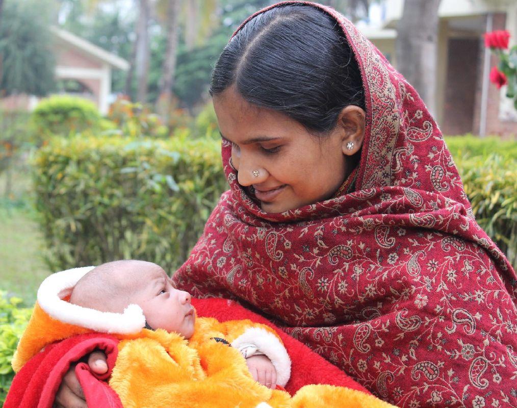 Победитель конкурса #EyecareforAll 2015 - Любители - Счастливая мать видит своего ребенка после восстановления зрения