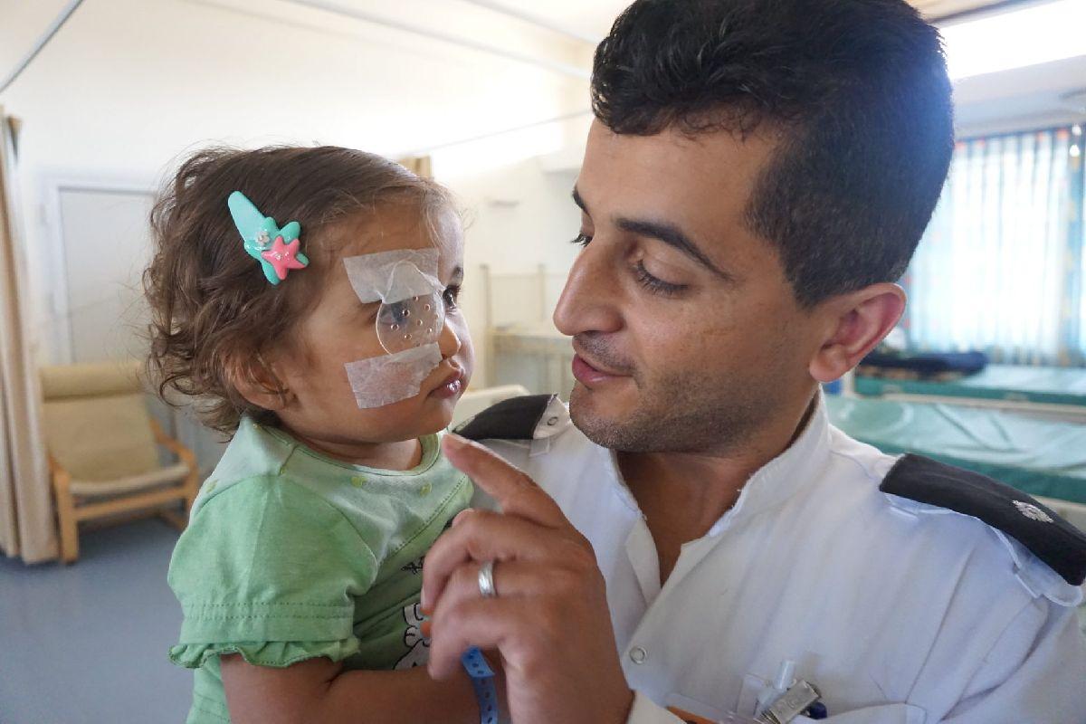 Победитель конкурса #EyecareEverywhere 2018 - Любители - Ничто не может заменить материнскую любовь, когда ребенок болен, но мы делаем все возможное, чтобы восполнить этот пробел - Мари-Клер Бойл, с больницей Св. Иоанна
