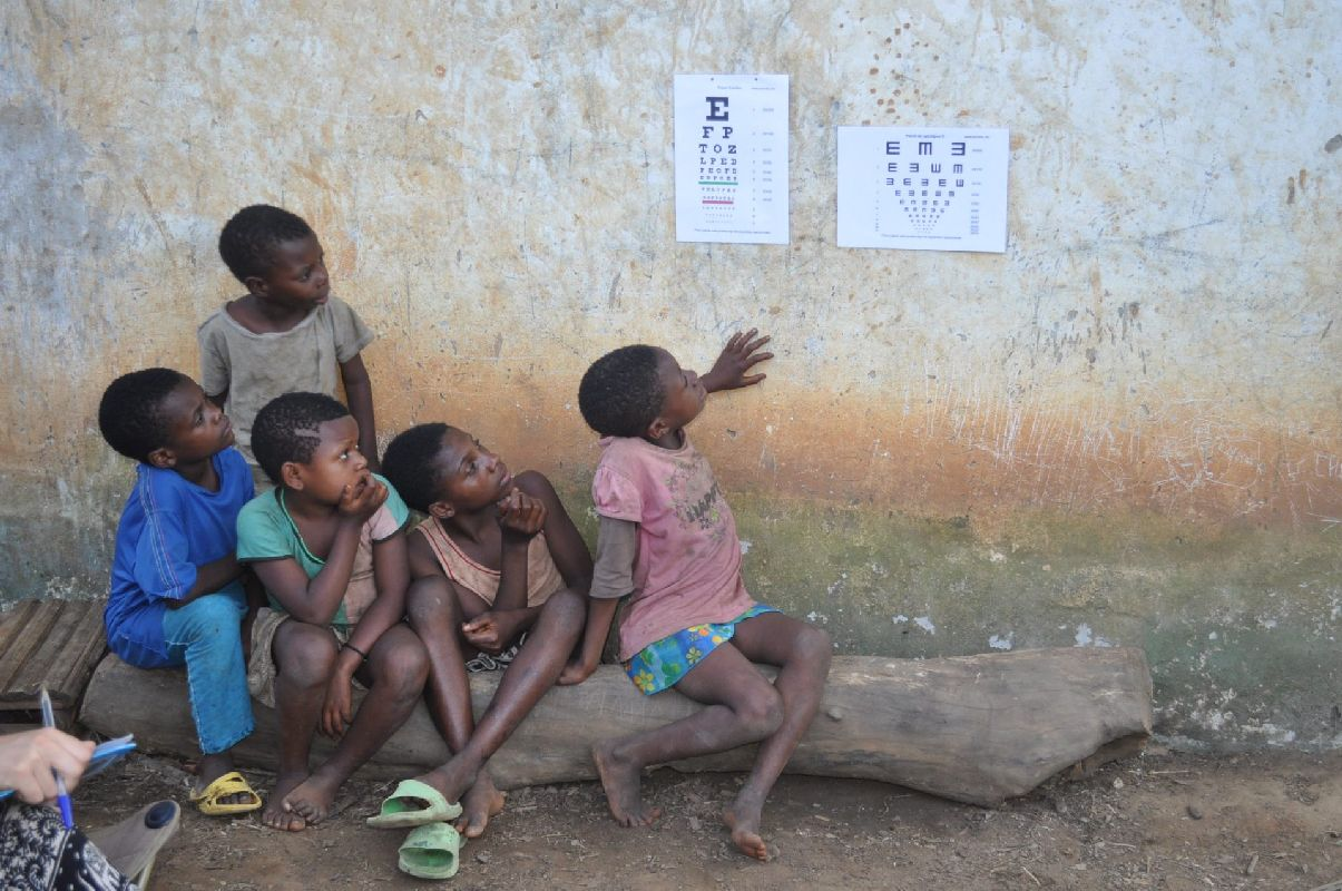 2015 #EyecareforAll Winner - Professional - Азахара Санчес, Проверка остроты зрения у камерунских пигмеев